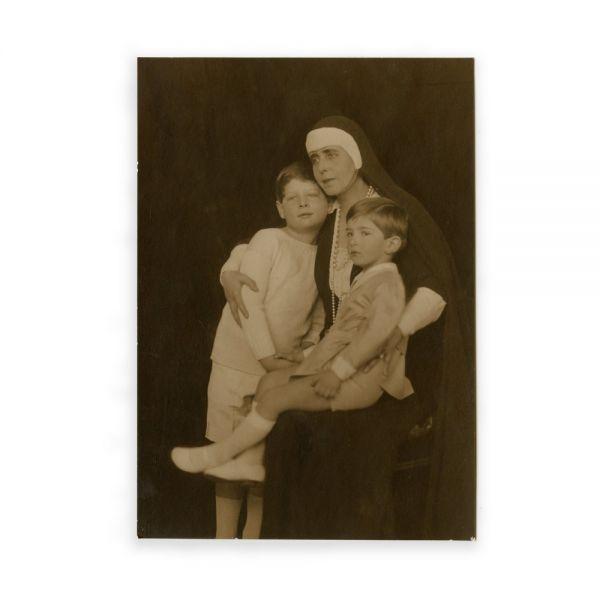 Regina Maria alături de nepoții ei, principii Mihai și Petru, cca. 1930