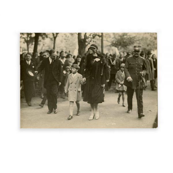 Regele Mihai I alături de regina-mamă Elena la o ceremonie publică, fotografie de epocă