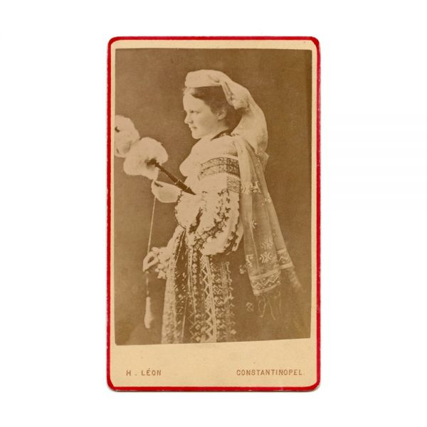 Regina Elisabeta în port popular, fotografie de epocă, atelier H. Léon