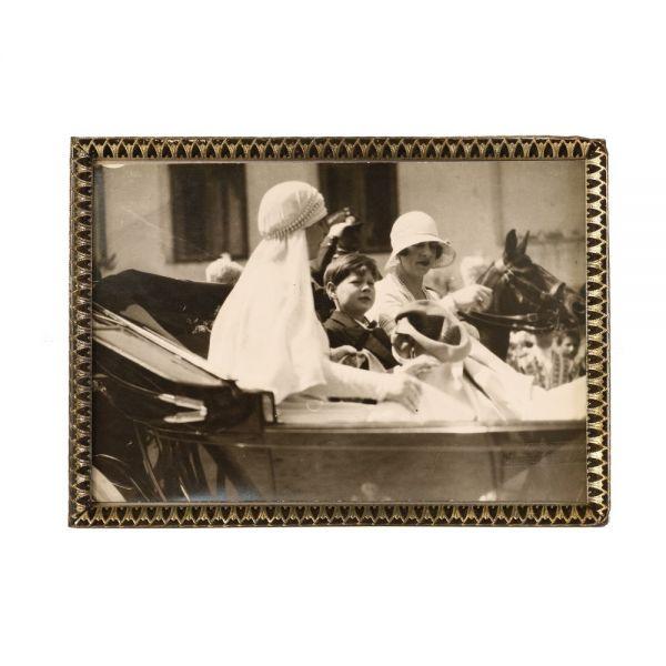 Regele Mihai I, Regina-mamă Elena și Regina Maria, în mașină, fotografie de epocă, atelier Foto Royal
