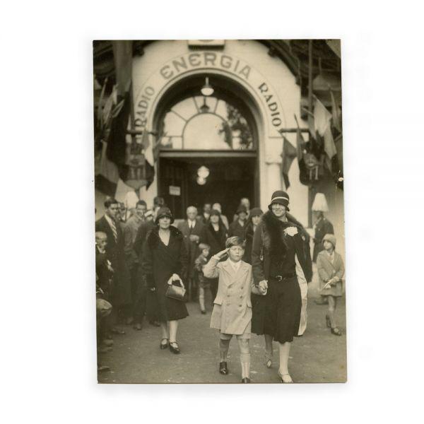 Regele Mihai I alături de Regina-Mamă Elena și Regina Maria la un eveniment public, fotografie de epocă, cca. 1927