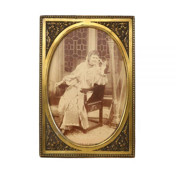 Regina Elisabeta a României în costum popular, fotografie de cabinet, atelier Thomas Edge