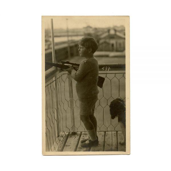 Principele Mihai ținând pușca în mână, fotografie tip carte poștală