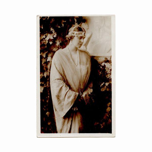 Regina Maria a României în grădină, fotografie tip carte poștală, cca. 1920
