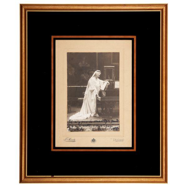 40. Regina Elisabeta în sala de muzică
