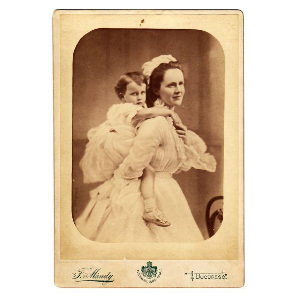 73. Principesa Elisabeta împreună cu fiica sa Mărioara
