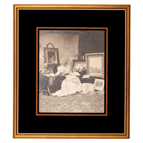 Regina Elisabeta în cabinetul său de lucru, fotografie, atelier F. Mandy, cca. 1890