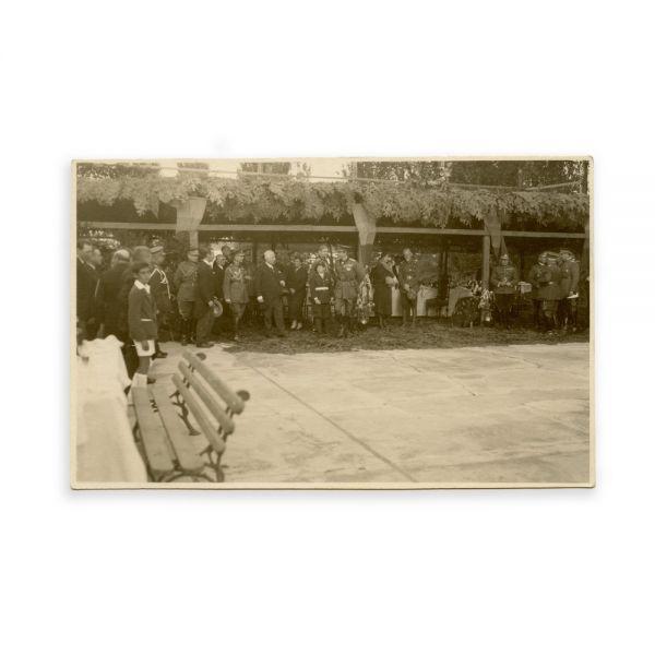 Familia Regală a României în timpul unui eveniment, fotografie tip carte poștală