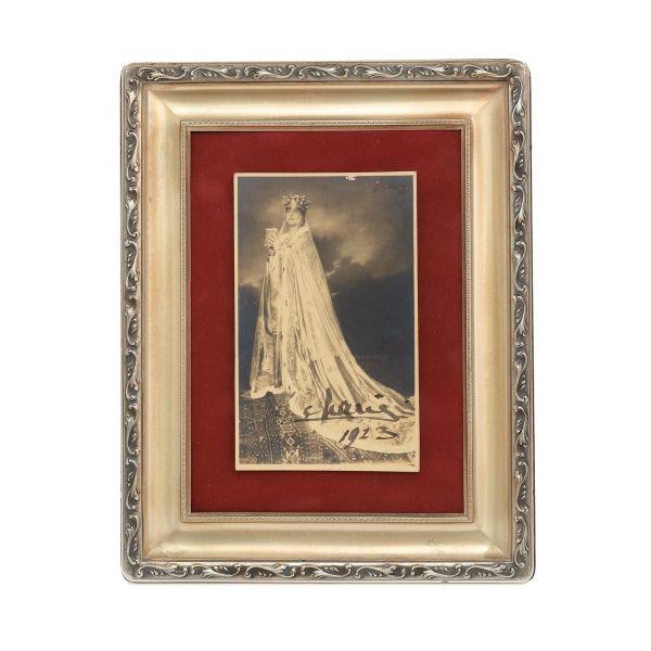 Regina Maria în ținuta încoronării, fotografie tip carte poștală, semnată olograf