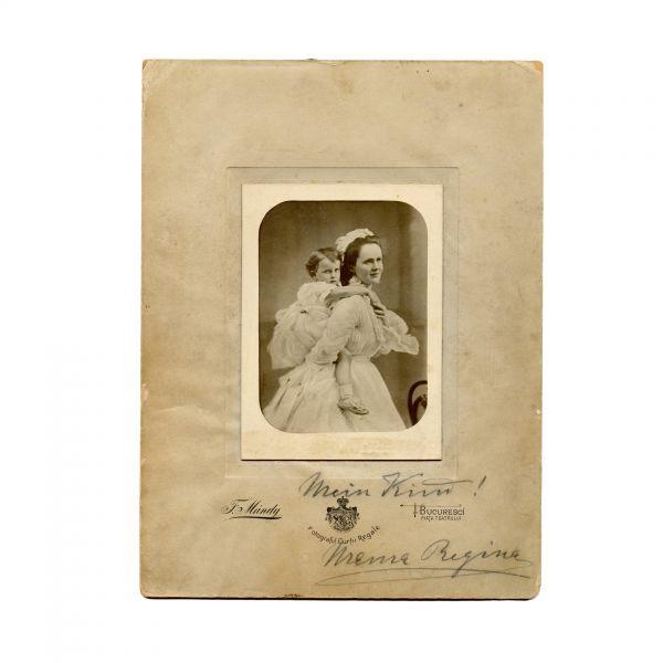 Principesa Elisabeta împreună cu fetița sa Mărioara, fotografie de epocă, semnată olograf