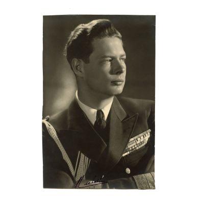 Fotografie, regele Mihai I în uniformă militară, cu semnătură olografă